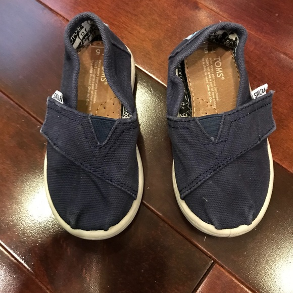 5af41e79f88 Toms Kids Navy Canvas Tiny Classics 2.0 Sneakers. M 5aa59bcea6e3ead78ae12ef0